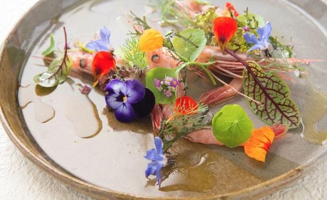 Tôm với hoa tươi, tất cả mọi thứ trên đĩa đều có thể ăn ngon lành: