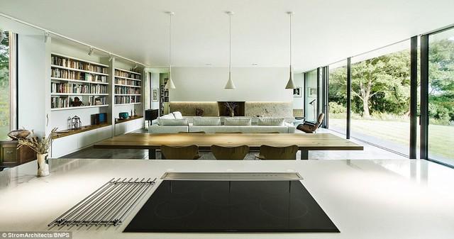 KTS Magnus Ström đã tạo ra một kết cấu vững chủ yếu bằng bê tông và những ô cửa kính lớn, cho phép chủ nhân ngôi nhà tận dụng đối ta tầm nhìn