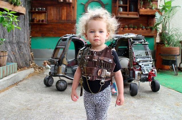 Ngoài xe độ, hai chú nhóc còn được may hẳn quần áo y hệt trang phục trong phim