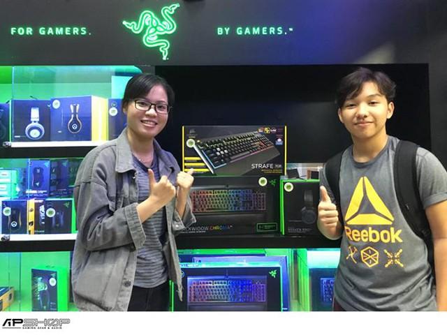 Hai chị em đến chọn Gaming Gear.