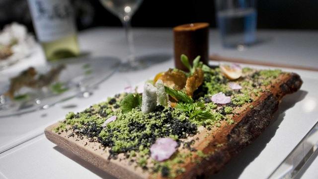 Bánh mì nướng cùng một loại rau thơm của Nhật, cũng được chế biến kì công để giống một tiểu cảnh trong khe núi, với cỏ cây và rêu xanh.