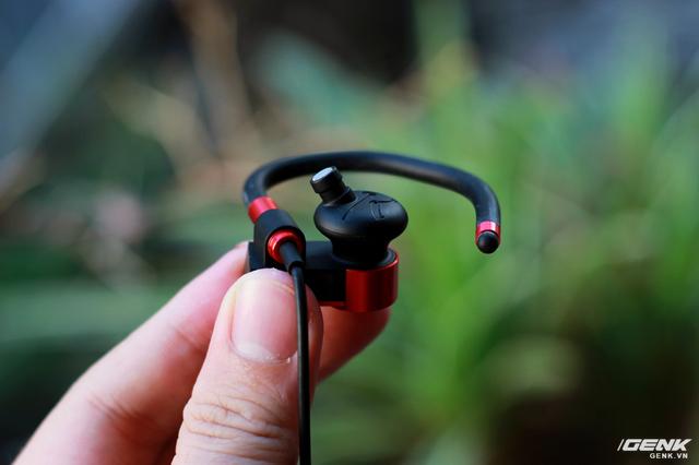 Ống dẫn âm (nozzle) có kích thước khá ngắn, đặt nghiêng 1 góc 45 độ với khoang tai của người dùng