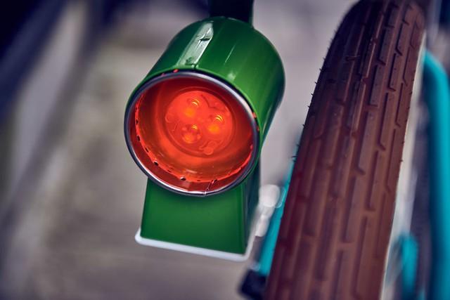 Cái này thì chịu, chỉ biết nó là đèn tín hiệu thôi. Có lẽ nào là đèn báo được tháo ra từ lò nướng hoặc nồi cơm điện?