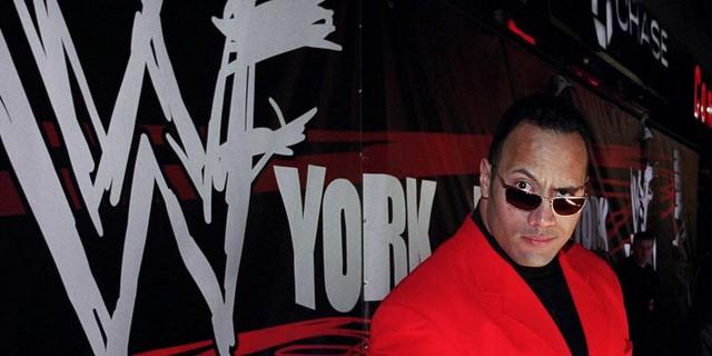 """Sau khi kết thúc sự nghiệp cầu thủ đầy tiếc nuối, Dwayne bắt đầu quan tâm hơn tới truyền thống đấu vật của gia đình. Sau khi thử thi đấu tại những sự kiện nhỏ với biệt danh """"Rocky Maivia"""" kết hợp tên của cha và ông, đến năm 1996, anh nhận lời tham gia loạt chương trình truyền hình """"Survivor"""" xoay quanh các trận đấu của các đô vật chuyên nghiệp."""