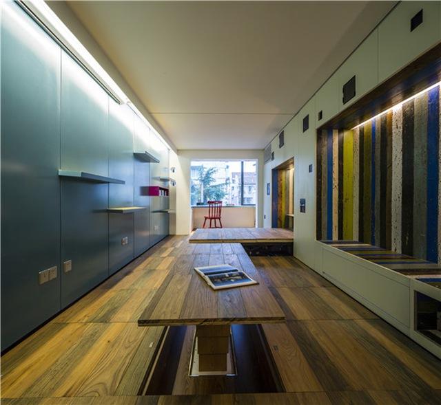 Bàn tiếp khách được nâng lên khỏi mặt sàn, tiết kiệm tối đa không gian khi không sử dụng