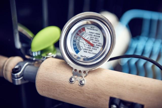 Công-tơ-mét được chế lại từ nhiệt kế thực phẩm, người Anh rất khó tính trong việc ăn uống, ghi rõ nhiệt độ thế kia là chuẩn rồi