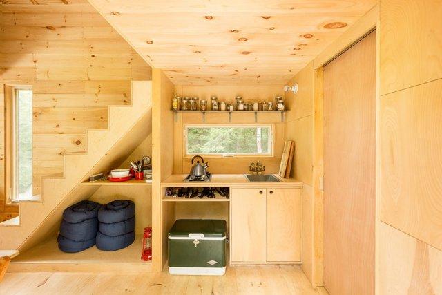 Phần bếp cũng được thiết kế nhỏ gọn để chiếm ít không gian hết mức có thể