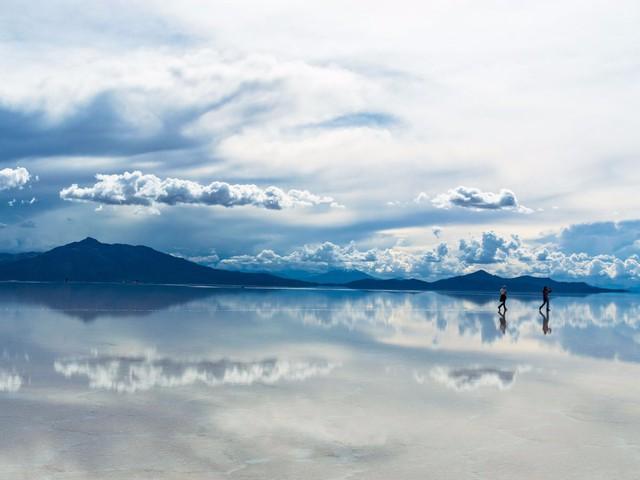 Salar de Uyuni ở Bolivia là cánh đồng muối tự nhiên lớn nhất thế giới được hình thành do sự vận động của vỏ trái đất. Trong những tháng mùa đông, khu vực này hoàn toàn khô ráo. Tuy nhiên, khi mùa hè đến, cánh đồng lại luôn ngập nước, biến thành tấm gương soi khổng lồ.
