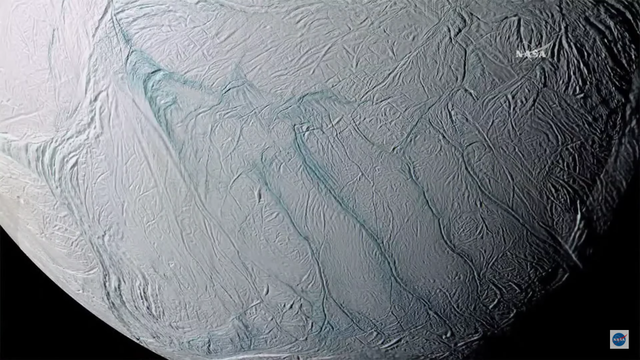 Bốn đường nứt lớn trên bề mặt của Enceladus.