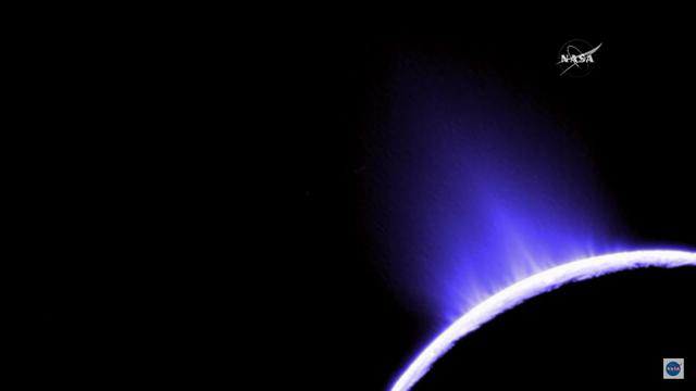 Hình ảnh những chùm nước lớn phóng lên từ Enceladus.