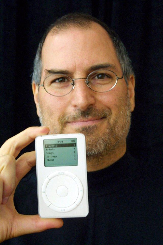 Vào tháng 10 cùng năm, Apple của Steve Jobs mở rộng sang lĩnh vực khác ngoài Mac với chiếc iPod, một máy nghe nhạc hứa hẹn chứa được tới 1.000 bài hát nằm gọn trong túi của bạn. iPod có khởi đầu không mấy thuận lợi vì nó có giá lên tới 399 USD vào thời điểm ra mắt và chỉ tương thích với máy Mac mà thôi.
