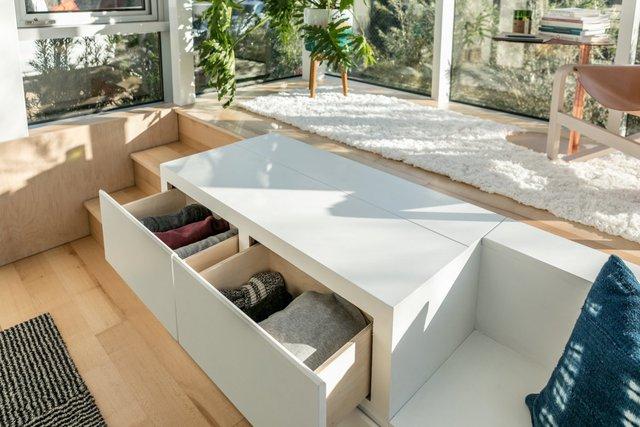 Do diện tích của những căn hộ khá nhỏ nên chúng được thiết kế để tiết kiệm không gian nhất có thể. Các tủ đồ có ngăn được đặt trên cầu thang.