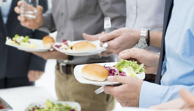 Đứng trong khi ăn cũng không có tác hại như mọi người vẫn nghĩ