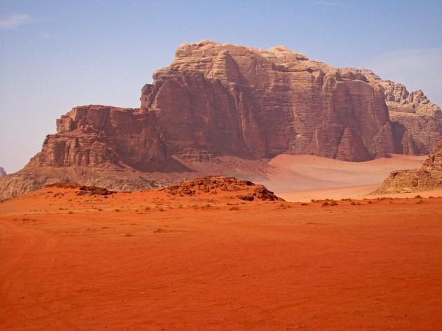 Cách thành cổ Petra khoảng 100km về phía nam, Wadi Rum là sa mạc lớn nhất và hoành tráng nhất Jordan. Đó là một tập hợp các thung lũng với những cồn cát kề bên những bức tường đá có đủ dạng dị thường và màu sắc luôn biến đổi kỳ ảo.