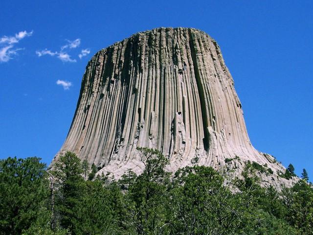 Tòa tháp Devil nằm ở phía đông bắc Wyoming, Mỹ. Tháp Devil, cao khoảng 380m, là một núi đá không có ngọn được hình thành khoảng 65 triệu năm trước bởi các hoạt động của núi lửa. Do sự xói mòn của nước mưa trong hàng triệu năm, tháp Devil hiện nay có hình dáng như phần hông của thiếu nữ.