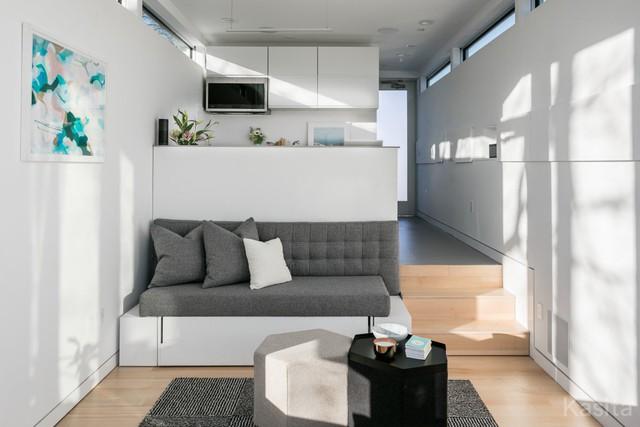 Tuy nhiên, bên trong ngôi nhà là nội thất hết sức hiện đại với những bức tường trắng khiến cho căn hộ trông rộng rãi hơn rất nhiều.