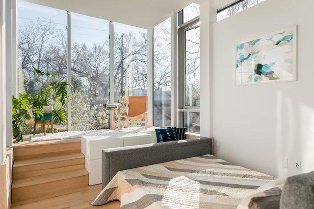 Không gian được bố trí mở, có chức năng như cả phòng khách và phòng ngủ. Trong ngôi nhà mô hình, chiếc giường thậm chí có thể được kéo ra làm ghế sofa.