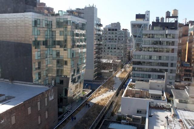 Từ cửa sổ của các tòa nhà căn hộ, bạn có thể nhìn thấy High Line và West Chelsea bên dưới.