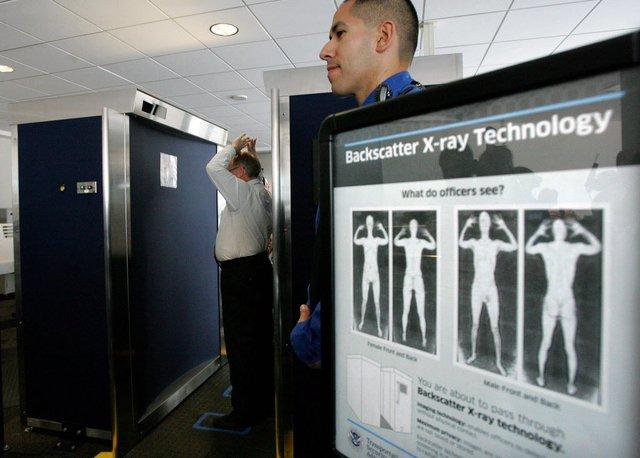 Quét X-quang toàn thân tại sân bay.