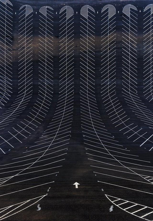 """""""Trong khi tôi đang đọc cuốn sách """"Hyperspace"""" (Siêu không gian) của Michio Kaku, tôi đã bị ám ảnh với câu hỏi nếu như một hố đen xuất hiện ở nơi chúng ta đang sống, thì nó sẽ uốn cong thời gian, không gian và các địa điểm như thế nào"""" – nhiếp ảnh gia này tâm sự."""