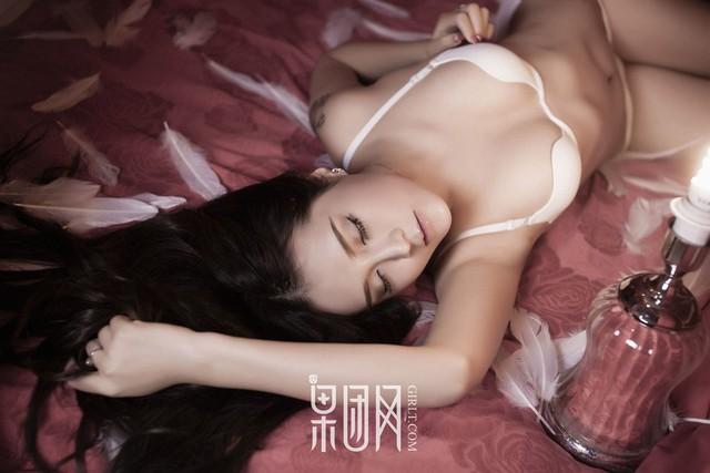 Lạnh lùng và gợi cảm theo phong cách rất riêng của Zhu Ying - Ảnh 9.