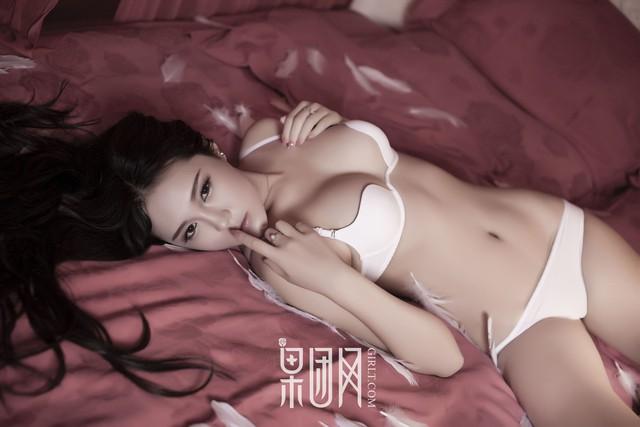 Lạnh lùng và gợi cảm theo phong cách rất riêng của Zhu Ying - Ảnh 5.
