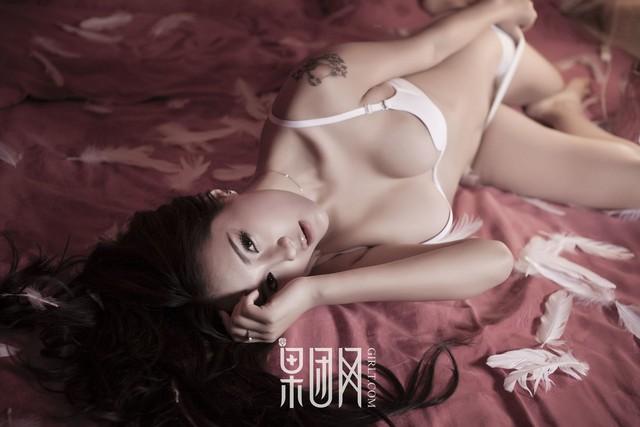 Lạnh lùng và gợi cảm theo phong cách rất riêng của Zhu Ying - Ảnh 6.