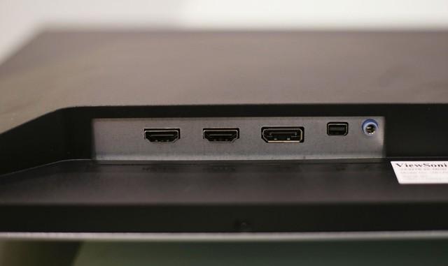 Bên phải là các cổng kết nối bao gồm 2 HDMI, 1 DP, 1 Mini DP và 1 jack cắm tai nghe.