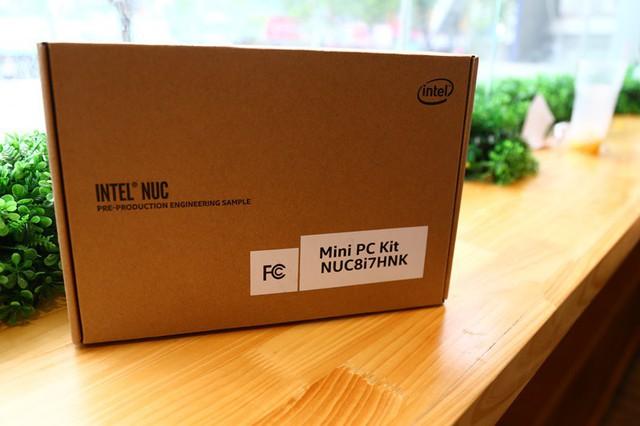 Vỏ hộp hết sức đơn giản của bộ PC nhỏ gọn này.
