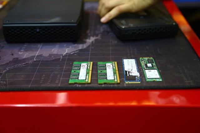 Phải mua rời RAM và SSD.