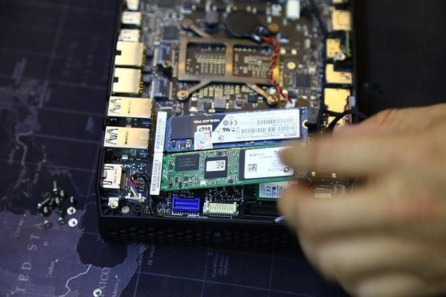 Khi đã lắp xong SSD và RAM thì lại gắn lại như cũ.
