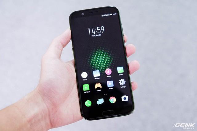 Ở mặt trước, Black Shark sở hữu màn hình của máy có kích thước 5.99 inch, độ phân giải 1080x2160 (tỷ lệ 18:9), độ sáng 550 nits và đạt 97% dải màu DCI-P3. Tiếc rằng, tần số quét của nó không đạt mức 120Hz như Razer Phone.