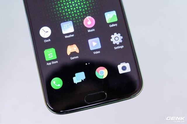 Bên dưới là nút Home cảm ứng kiêm cảm biến vân tay, hai bên là hai nút điều hướng của Android