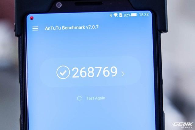 Cấu hình máy gồm chip Snapdragon 845, dung lượng RAM 6GB/8GB, bộ nhớ trong 64GB/128GB UFS 2.1. Để có thể duy trì hiệu năng lâu dài, Xiaomi đã trang bị cho Black Shark hệ thống tản nhiệt bằng chất lỏng, mà theo hãng là sẽ giúp giảm nhiệt độ cho con chip đến 8 độ C. Qua chấm điểm nhanh bằng công cụ AnTuTu Benchmark, máy đạt gần 270.000 điểm.