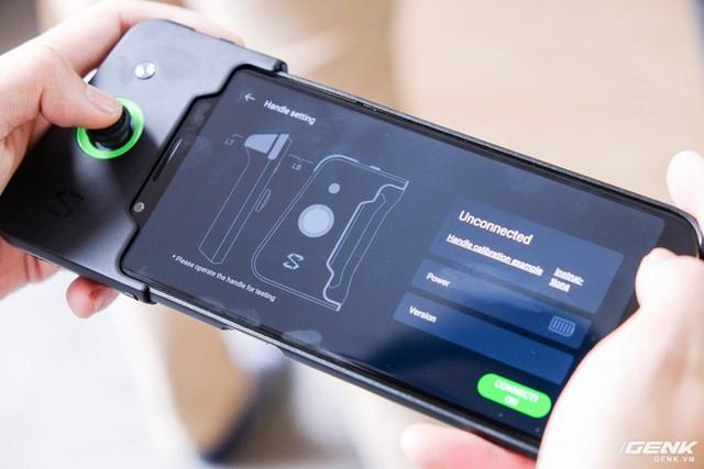 Đến đây, người dùng có thể lắp tay cầm vào máy. Sau đó chúng ta tiến hành bật Bluetooth trên điện thoại để kết nối.