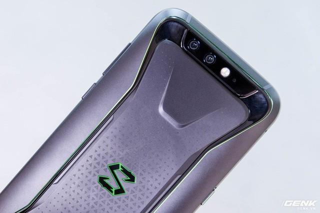 Mặc dù là chiếc smartphone chuyên game, tuy nhiên Black Shark cũng có thông số máy ảnh khá tốt gồm cụm camera kép 12MP f/1.75 và 20MP f/1.75, lấy nét theo pha, đèn flash hai tông và chế độ chụp ảnh xóa phông.