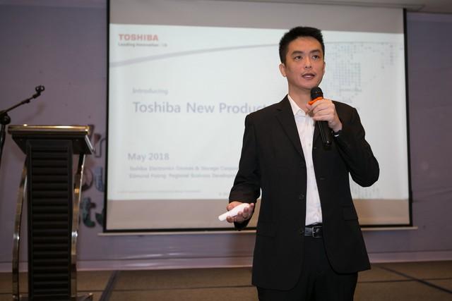 Ông Edmund Foong - Giám đốc kinh doanh của Toshiba đang thuyết trình về sản phẩm mới của hãng.