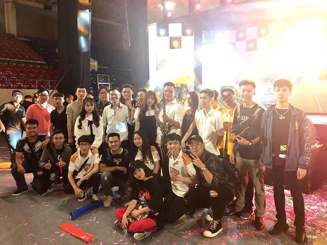 Meow cùng các thành viên chủ chốt của Saigon Phantom, cũng như fan hâm mộ trong ngày đăng quang ngôi vô địch giải ĐTDV mùa xuân 2018.