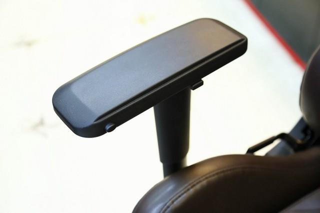 Tay ghế có khả năng xoay đủ chiều, lên xuống, tiền lùi 4D cực ngon.