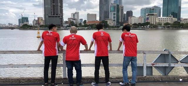 Tất cả thành viên đã có mặt ở sân bay để sang Thái Lan.