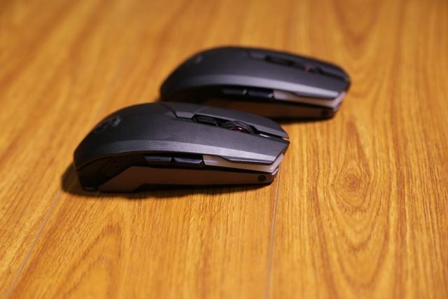 Chuột có thiết kế cân bằng, bên nào cũng có nút phụ.