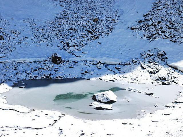 Bí ẩn chưa có lời giải về hồ nước chứa đầy xương người trên dãy Himalayas - Ảnh 18.