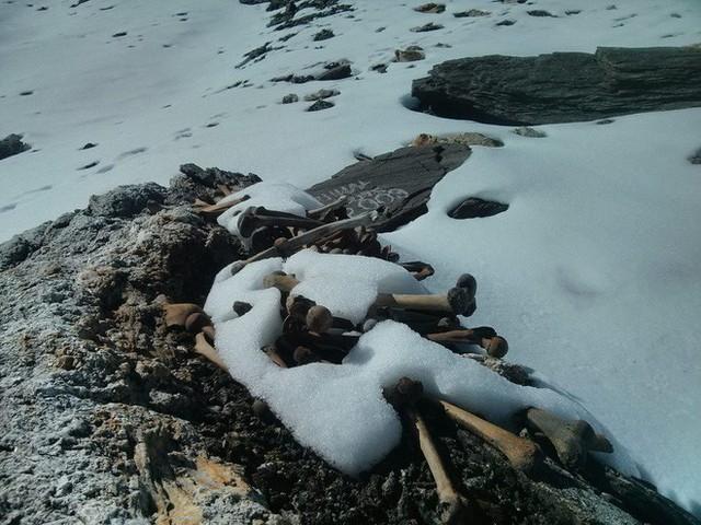 Bí ẩn chưa có lời giải về hồ nước chứa đầy xương người trên dãy Himalayas - Ảnh 3.