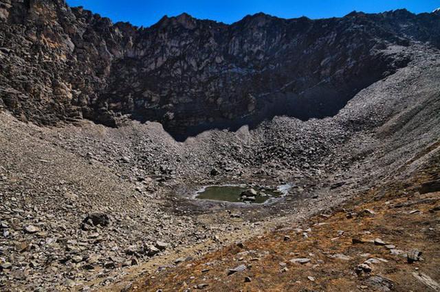 Bí ẩn chưa có lời giải về hồ nước chứa đầy xương người trên dãy Himalayas - Ảnh 7.