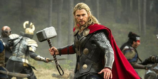 Chôm búa tới 5 lần, Chris Hemsworth bị vợ ra sắc lệnh Cấm mang thêm đạo cụ đóng phim về nhà - Ảnh 1.