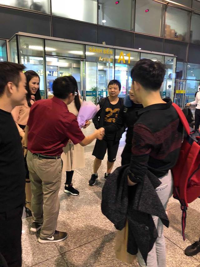 Huyền thoại AoE Trung Quốc Shenlong tranh thủ tự sướng với Hotgirl Việt ngay khi vừa đặt chân tới Nội Bài - Ảnh 6.