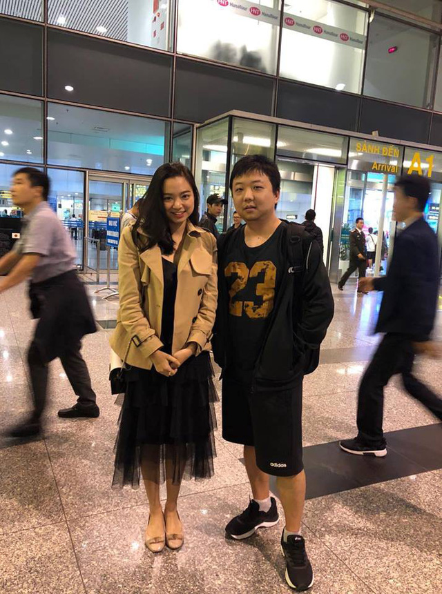 Huyền thoại AoE Trung Quốc Shenlong tranh thủ tự sướng với Hotgirl Việt ngay khi vừa đặt chân tới Nội Bài - Ảnh 2.