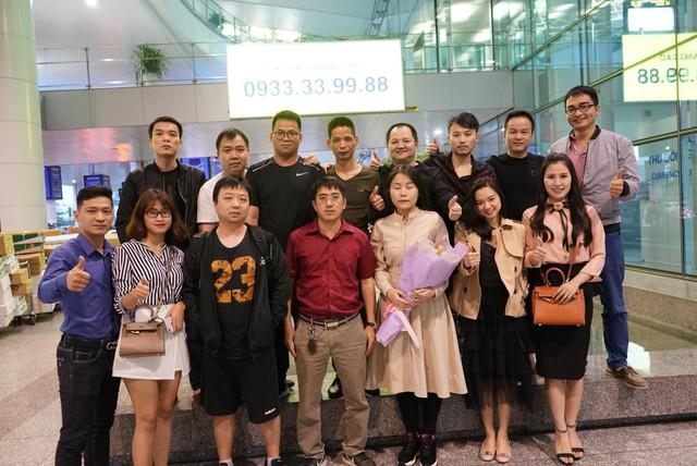 Huyền thoại AoE Trung Quốc Shenlong tranh thủ tự sướng với Hotgirl Việt ngay khi vừa đặt chân tới Nội Bài - Ảnh 7.