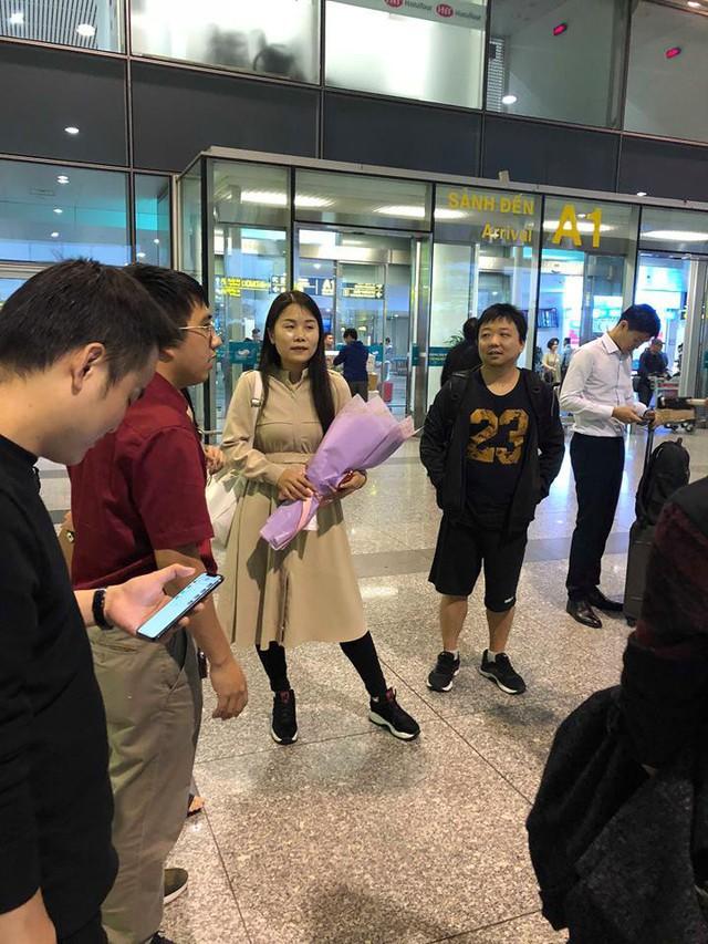 Huyền thoại AoE Trung Quốc Shenlong tranh thủ tự sướng với Hotgirl Việt ngay khi vừa đặt chân tới Nội Bài - Ảnh 4.