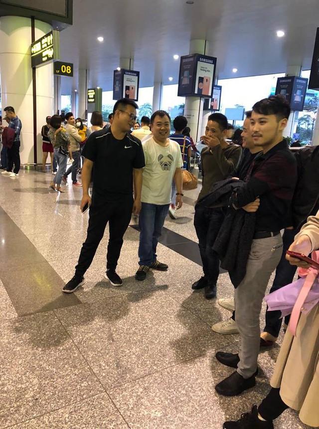 Huyền thoại AoE Trung Quốc Shenlong tranh thủ tự sướng với Hotgirl Việt ngay khi vừa đặt chân tới Nội Bài - Ảnh 3.